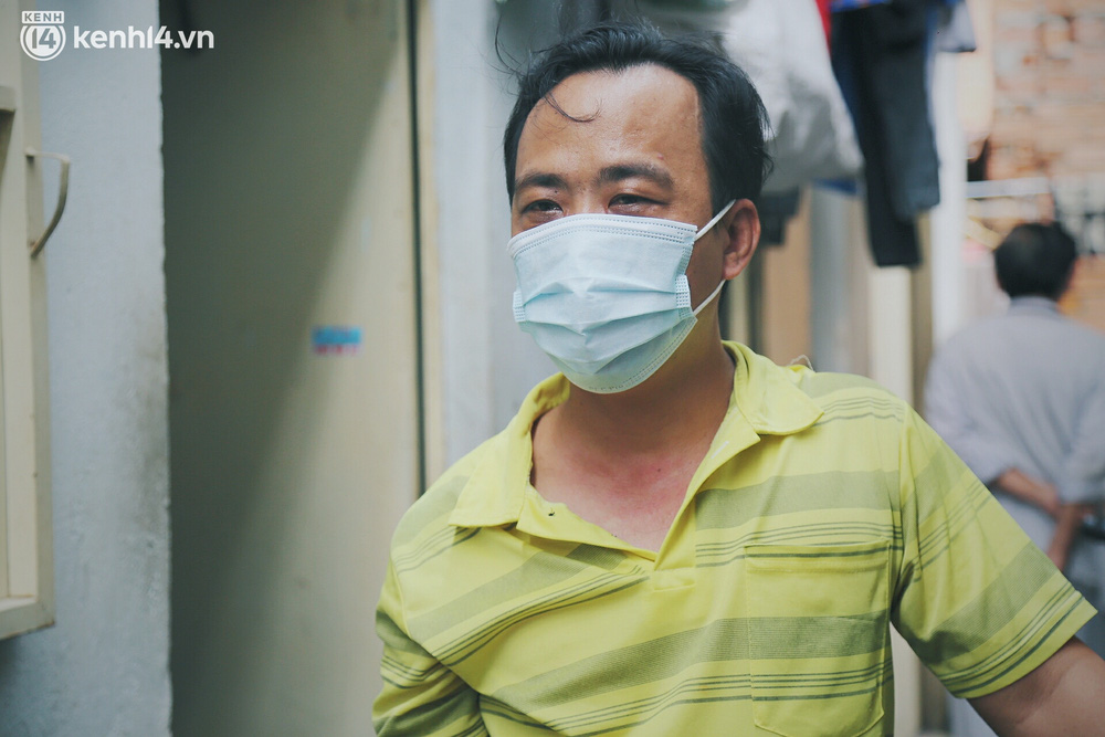 Gặp chú chủ trọ cầm xấp tiền 200.000 tặng từng người thuê ở Sài Gòn: Bà con khổ quá rồi, mình có thì giúp thôi - Ảnh 10.
