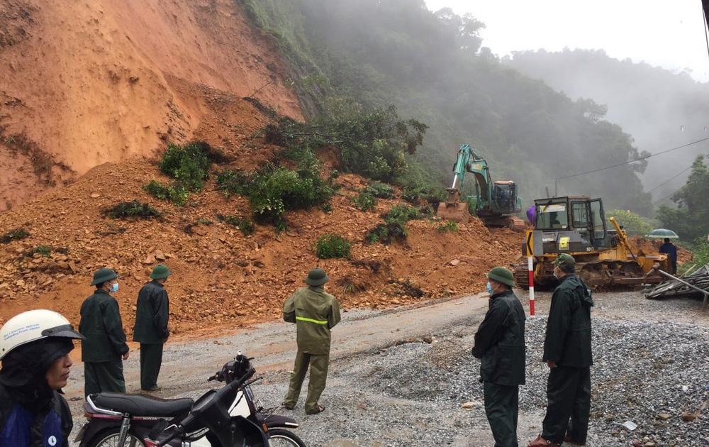 Bão số 8: Sóng cao 5m đang đánh vào bờ biển Nghệ An, hàng trăm khối đất đá sạt lở, đổ xuống quốc lộ - Ảnh 6.