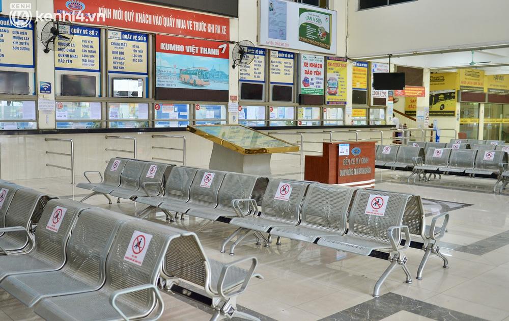Hà Nội ngày đầu nối lại vận tải liên tỉnh: Cả bến xe chỉ có duy nhất 1 chuyến, nhiều người dân thất vọng phải quay về - Ảnh 1.
