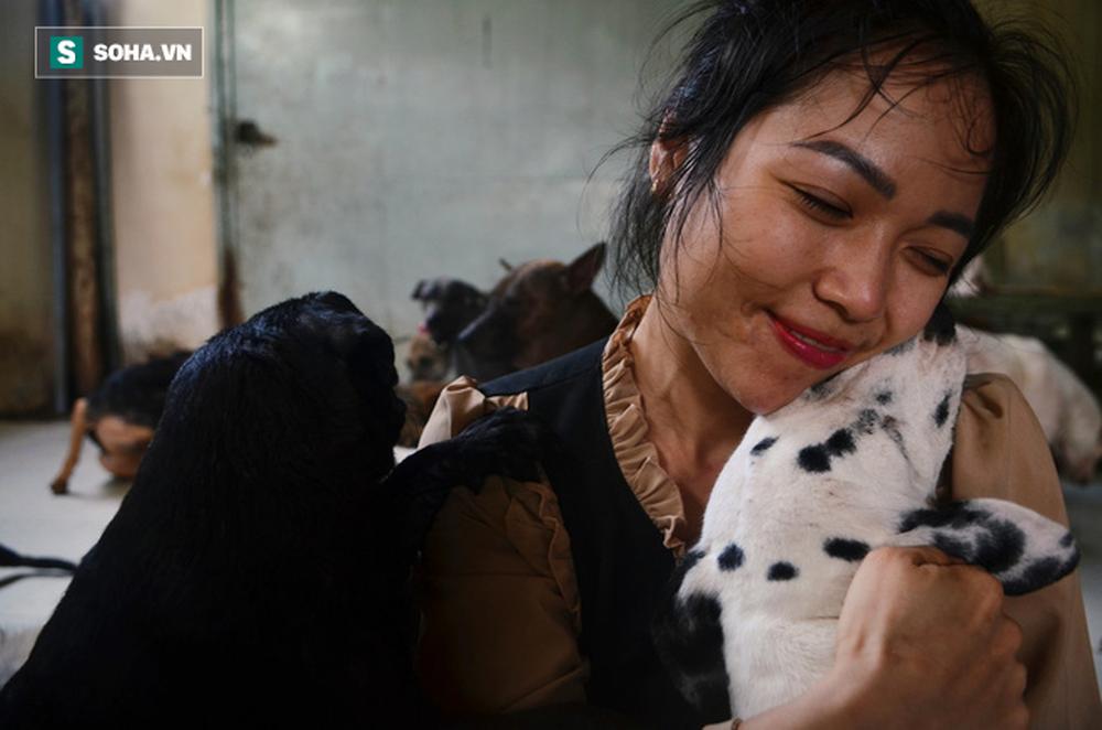 Cặp vợ chồng cưu mang 100 con chó, mèo bị chủ F0 bỏ rơi mùa dịch: 'Chúng tôi không sinh con để chu toàn cho tụi nhỏ' - Ảnh 10.