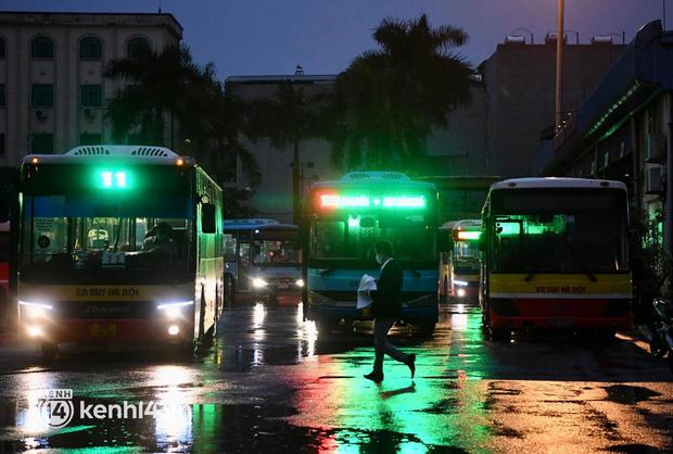 Hà Nội: Xe buýt, taxi hối hả chuẩn bị cho ngày đầu được hoạt động, đón khách trở lại - Ảnh 2.