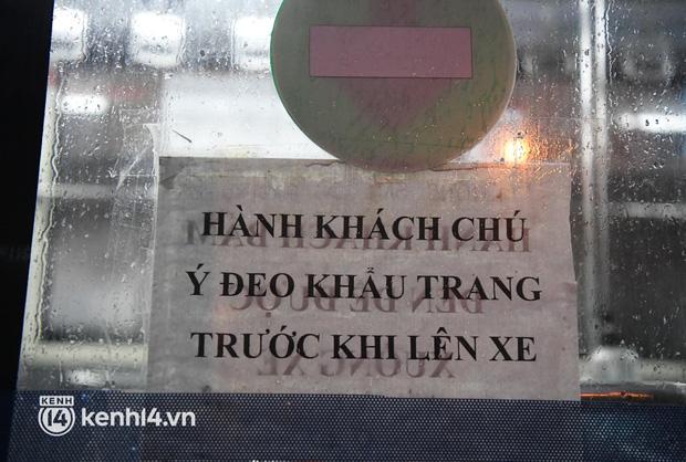 Hà Nội: Xe buýt, taxi hối hả chuẩn bị cho ngày đầu được hoạt động, đón khách trở lại - Ảnh 8.