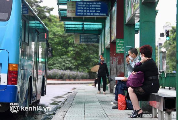 Hà Nội: Xe buýt, taxi hối hả chuẩn bị cho ngày đầu được hoạt động, đón khách trở lại - Ảnh 13.