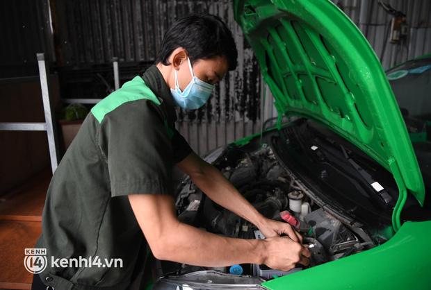Hà Nội: Xe buýt, taxi hối hả chuẩn bị cho ngày đầu được hoạt động, đón khách trở lại - Ảnh 18.