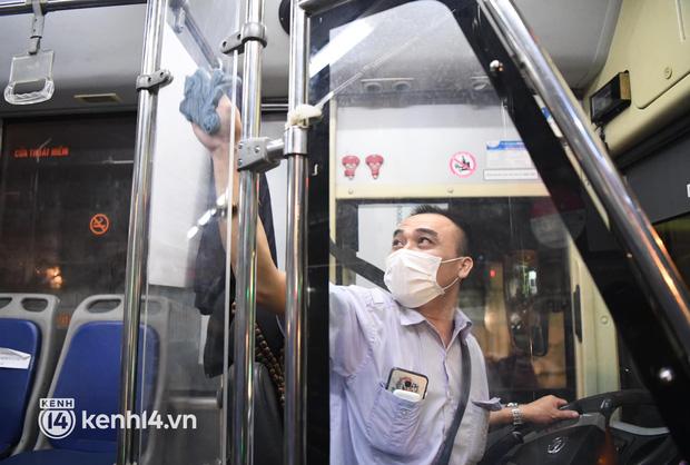 Hà Nội: Xe buýt, taxi hối hả chuẩn bị cho ngày đầu được hoạt động, đón khách trở lại - Ảnh 4.