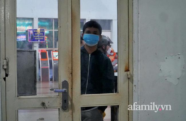 Dốc cạn tiền mua vé về quê nhưng tới phút chót không thể lên tàu, nữ công nhân ôm con bật khóc giữa Ga Sài Gòn và cái kết ấm áp - Ảnh 4.