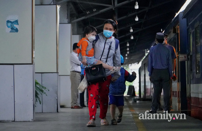 Dốc cạn tiền mua vé về quê nhưng tới phút chót không thể lên tàu, nữ công nhân ôm con bật khóc giữa Ga Sài Gòn và cái kết ấm áp - Ảnh 5.