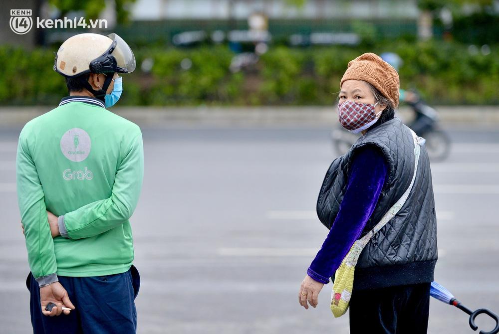 Hà Nội ngày đầu nối lại vận tải liên tỉnh: Cả bến xe chỉ có duy nhất 1 chuyến, nhiều người dân thất vọng phải quay về - Ảnh 6.