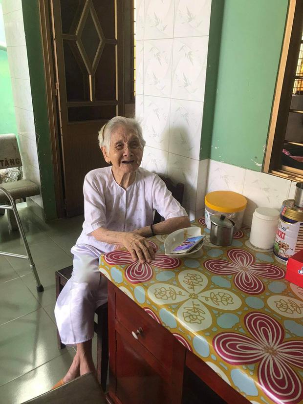 Nghẹn ngào khoảnh khắc mẹ 105 tuổi bật khóc khi gặp con gái 84 tuổi sau 4 tháng giãn cách: Má nhớ con thiệt mà hổng biết con ở đâu - Ảnh 2.