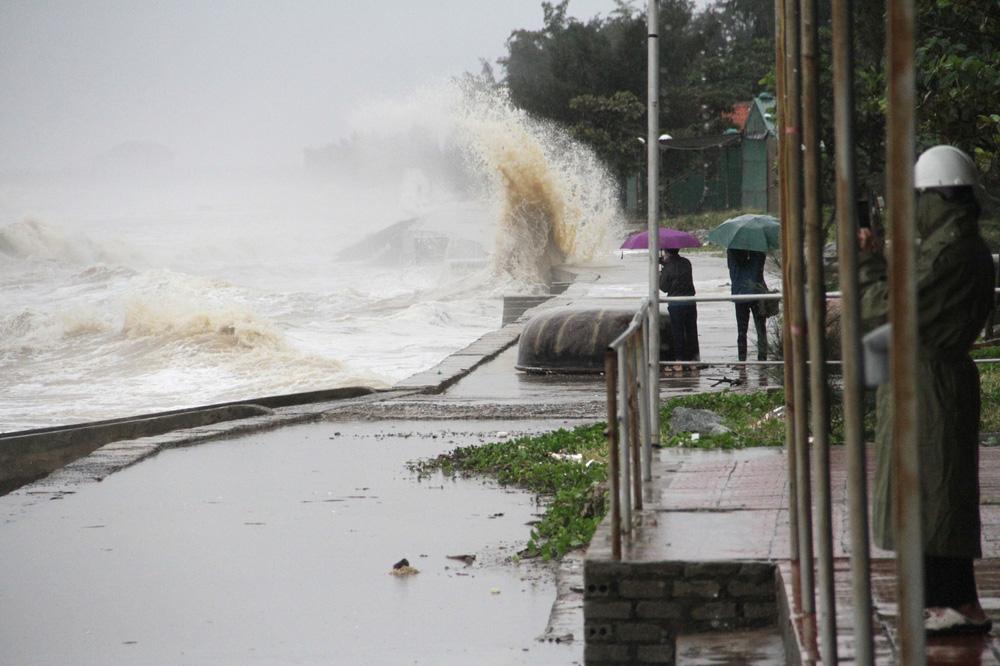 Bão số 8: Sóng cao 5m đang đánh vào bờ biển Nghệ An, hàng trăm khối đất đá sạt lở, đổ xuống quốc lộ - Ảnh 9.