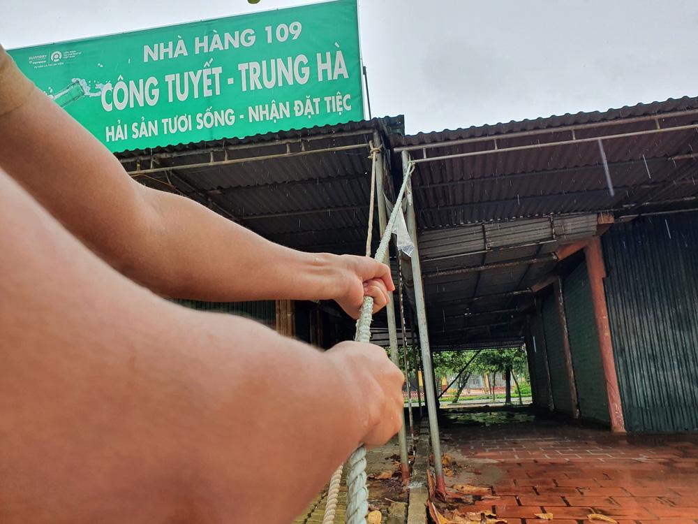 Bão số 8: Sóng cao 5m đang đánh vào bờ biển Nghệ An, hàng trăm khối đất đá sạt lở, đổ xuống quốc lộ - Ảnh 15.